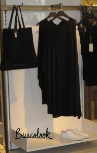 vestido negro y bolso negro tienda cos de hm en madrid