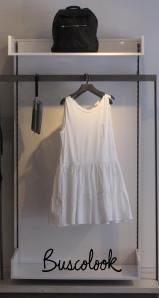 vestido blanco y mochila negra tienda cos de hm en madrid