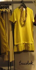 vestido amarillo mostaza y collar tienda cos de hm en madrid
