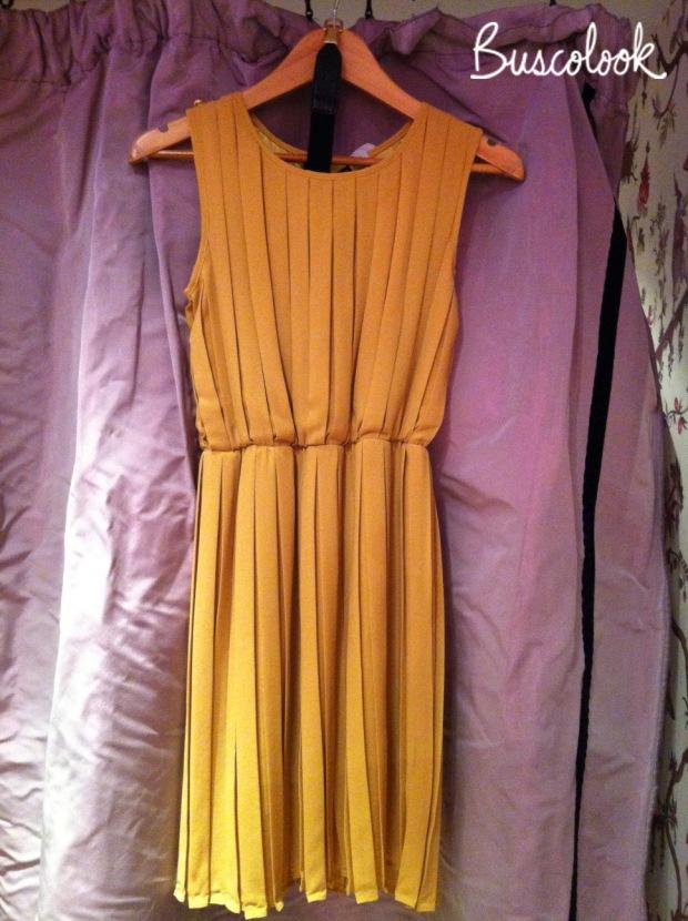 vestido amarillo con cinturón negro