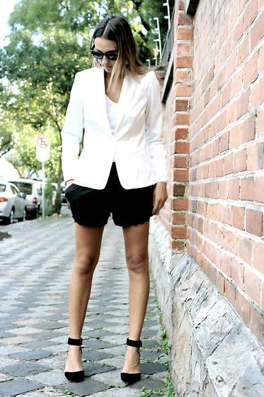 blazer-blanca-short-negro-look-oficina
