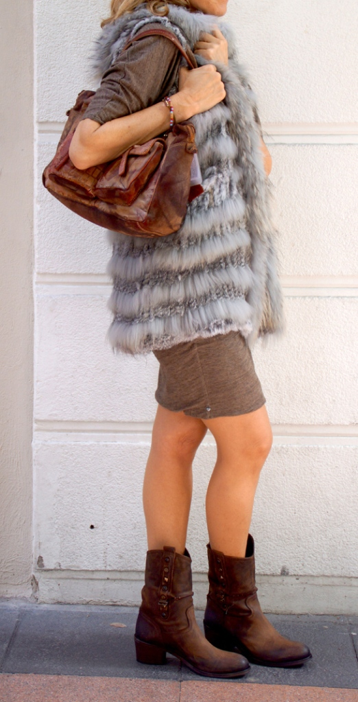 look chaleco gris vestido marron sin cara