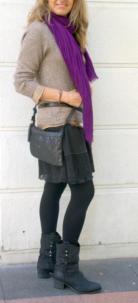 look vestido encaje negro foulard morado