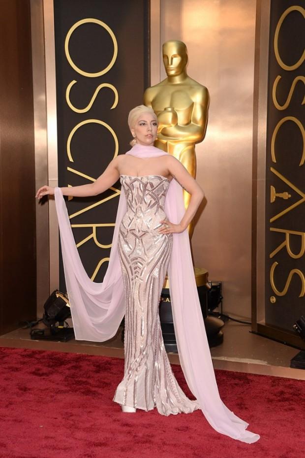 alfombra_roja_de_la_86_edicion_de_los_premios_oscar_2014_Lady_Gaga_Atelier_Versace-682x1024