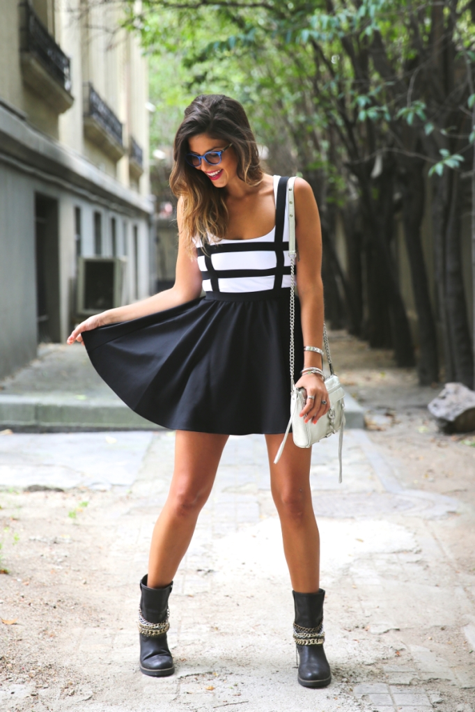 trendy-taste-look-vestido-negro-botines-cadenas2