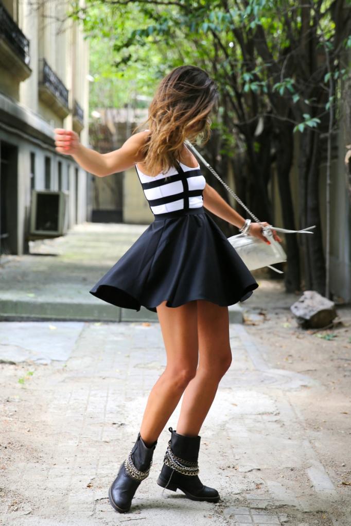 trendy-taste-look-vestido-negro-botines-cadenas3