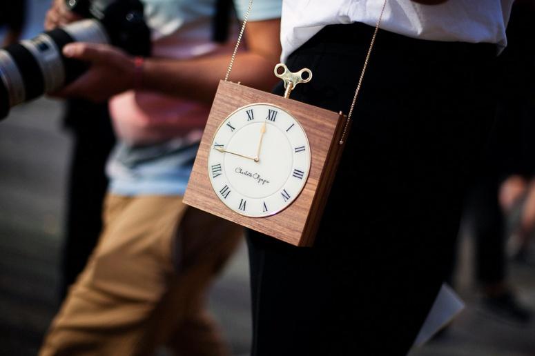 bolsos_iconicos_reloj_charlotte_olympia_street_style3